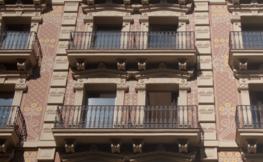 Façana d'un edifici antic de Barcelona.