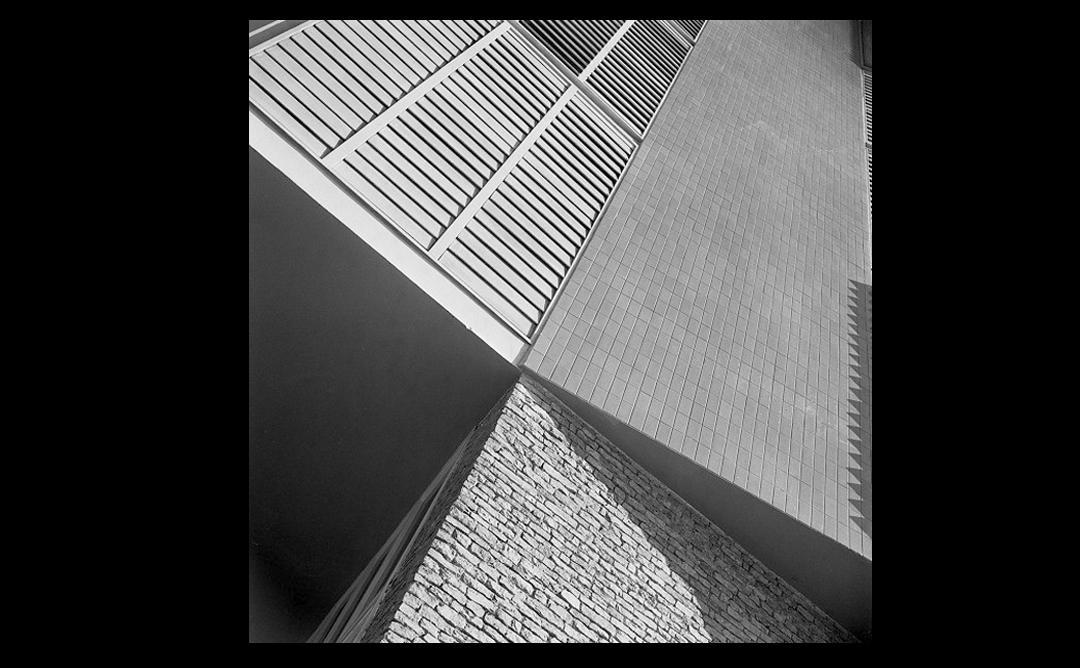 Primer planol paret d'edifici modern