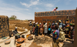 Un grup de dones restaurant cases a Tangassogo