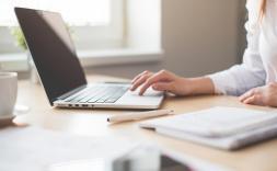 noia treballant amb un ordinador