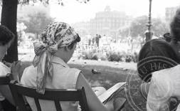 dona llegint llibre