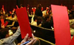 Gente levantando una tarjeta roja